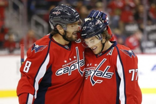 Ovechkin-congratulates-Oshie-with-a-pat-on-the-helmet-e1445355415868